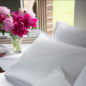 5.lenjerie-pat-creponata-perne-detaliu-textile-hotel-lenjerii-de-pat-crepe